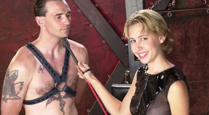 Super-hot dom makes male conform